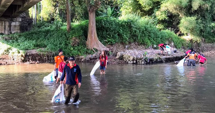 AtmaGo Users participate in clean-up of the Garang River in Semarang, Indonesia.